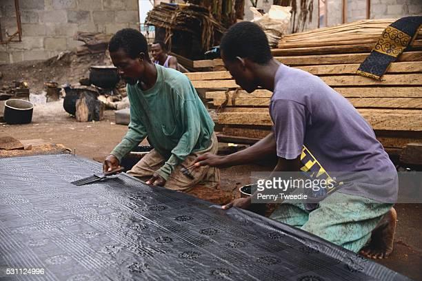 textile workers working on kente cloth - kente fotografías e imágenes de stock