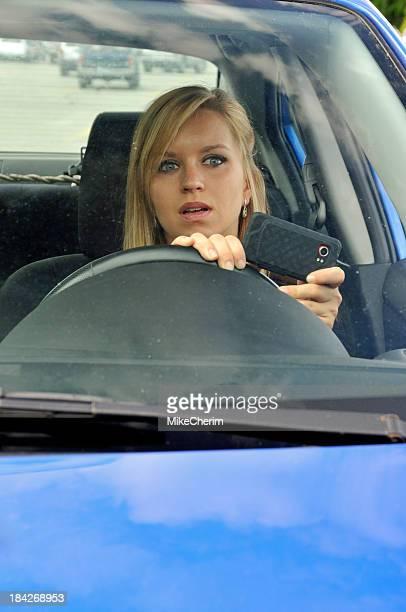 Versenden von SMS, fahren, durch ein schmutziges Windschutzscheibe entfernen