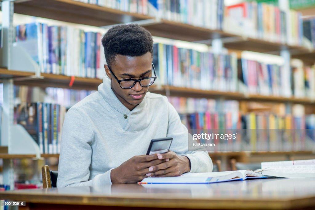 SMS In Bibliothek : Stock-Foto