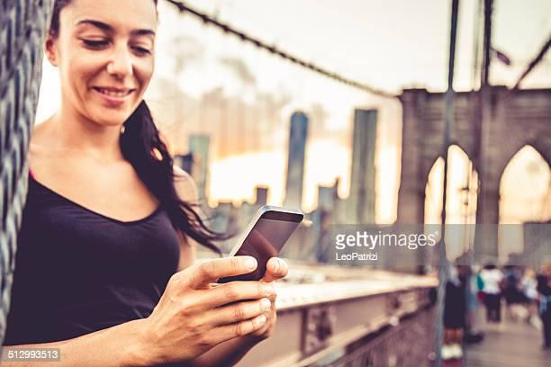 sms en nueva york sobre el puente de brooklyn - puente de brooklyn fotografías e imágenes de stock