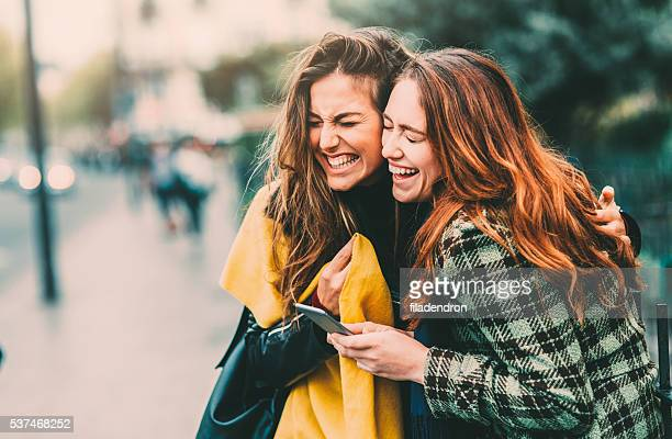 texting in paris - lachen stockfoto's en -beelden