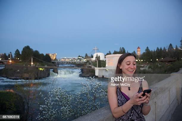 texting in spokane - riverfront park spokane - fotografias e filmes do acervo