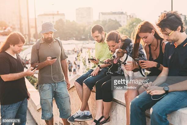 texting in the city - grote groep dingen stockfoto's en -beelden