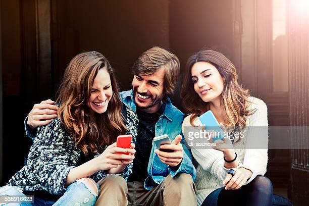 inviare sms - piccolo gruppo di persone foto e immagini stock