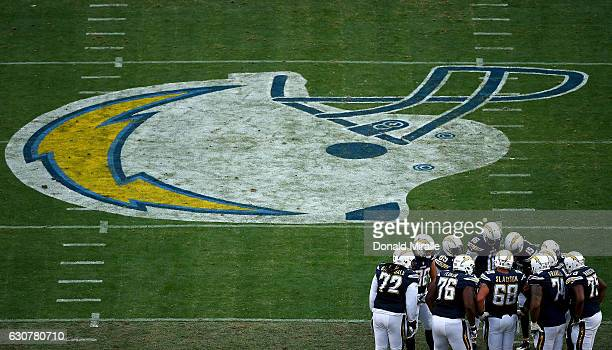 Th offense of the San Diego Chargers in huddle against the Kansas City Chiefs en route to the Chargers 3727 loss to the Chiefs during the 1st half of...