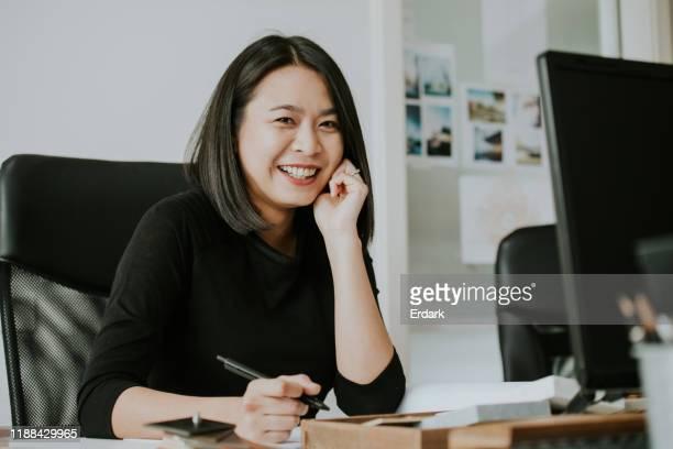 thai architektin frau mit ihrem arbeitstag - finanzen und wirtschaft stock-fotos und bilder