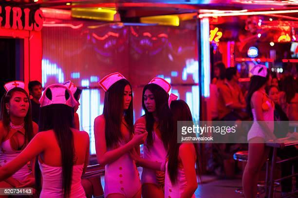 bar thaïlandais des jeunes filles habillées comme des infirmières - gogo danseuse photos et images de collection