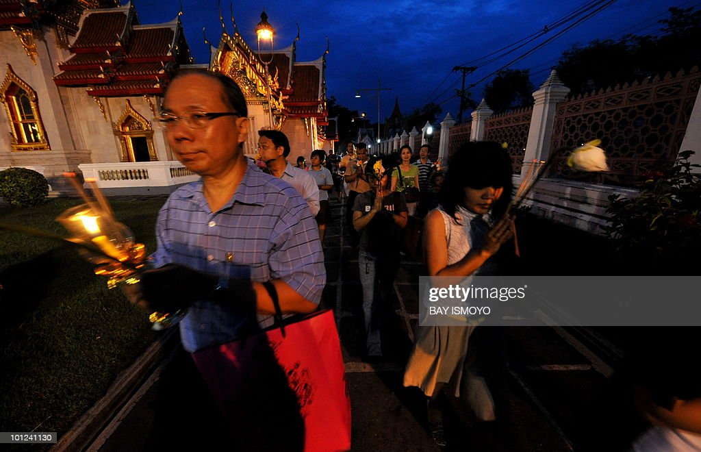 Thai Buddhists attend a prayer procession at Marble Temple in Bangkok on May 28, 2010 during Visakha Bucha or Buddha Day celebration. Visakha Bucha is a commemoration of the Birth, Enlightenment and Passing Away of the Buddha Gautama. AFP PHOTO / Bay ISMOYO