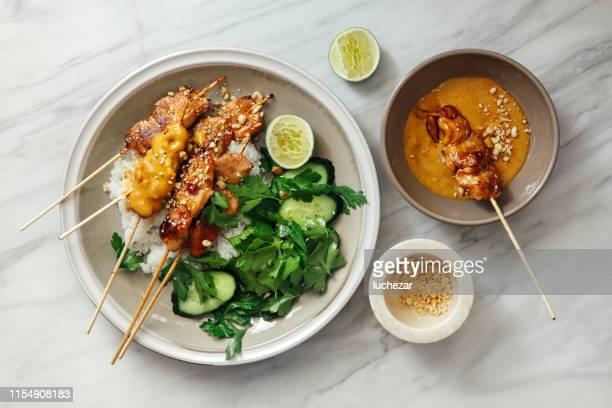 ピーナッツソースのタイ風チキンサテ - タイ文化 ストックフォトと画像