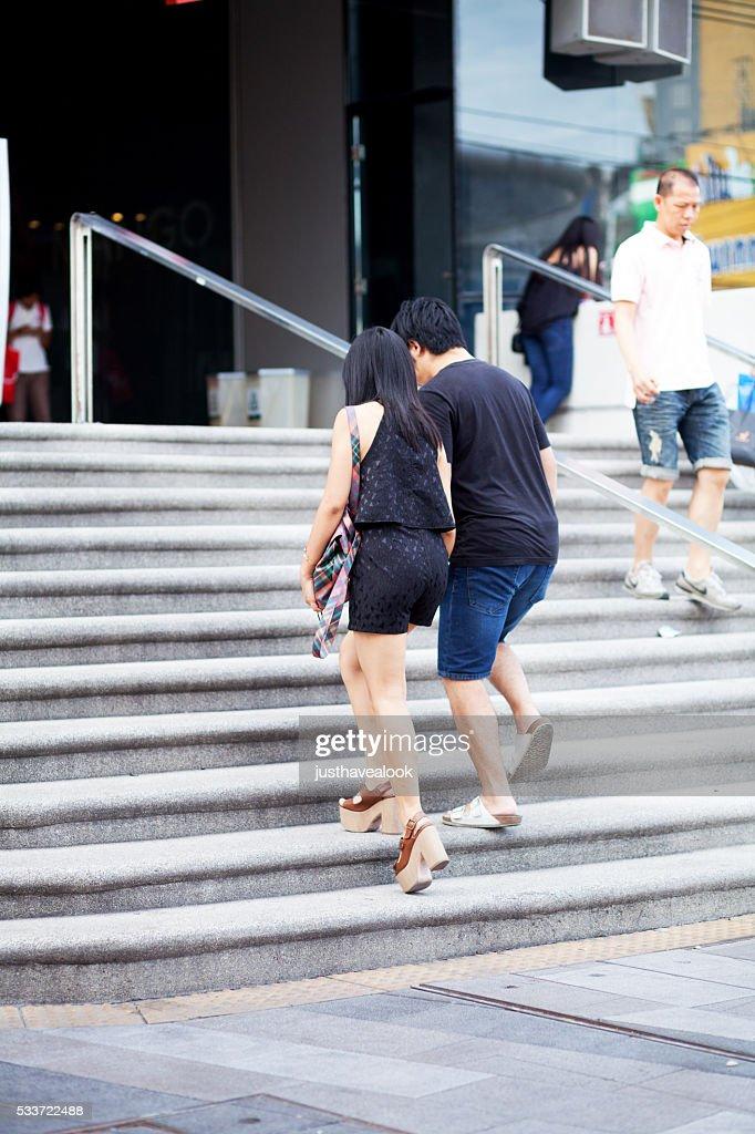 Tailandese coppia andando mall : Foto stock