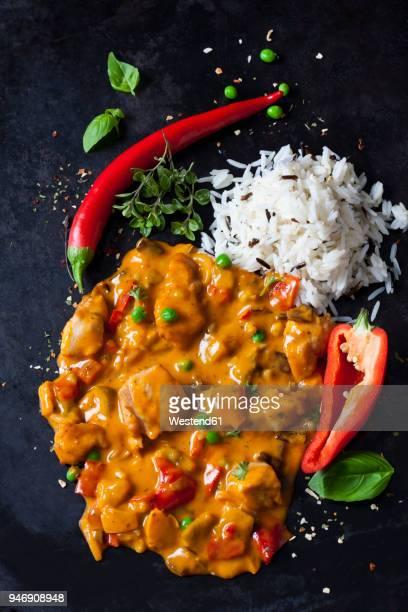 thai curry with chicken filets and basmati rice - pimientos fotografías e imágenes de stock