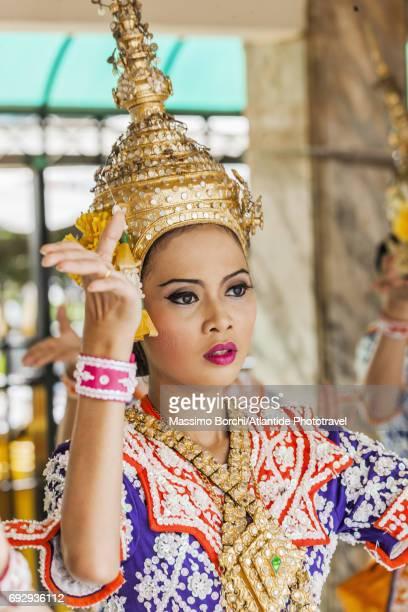 thai dancer and singer - エラワン聖堂 ストックフォトと画像