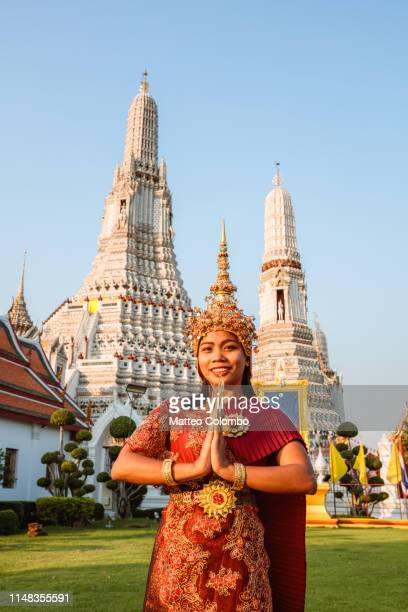 thai dancer with traditional clothing, smiling, wat arun, bangkok - place of worship stock pictures, royalty-free photos & images