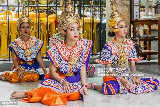thai dancers and singers - エラワン聖堂 ストックフォトと画像