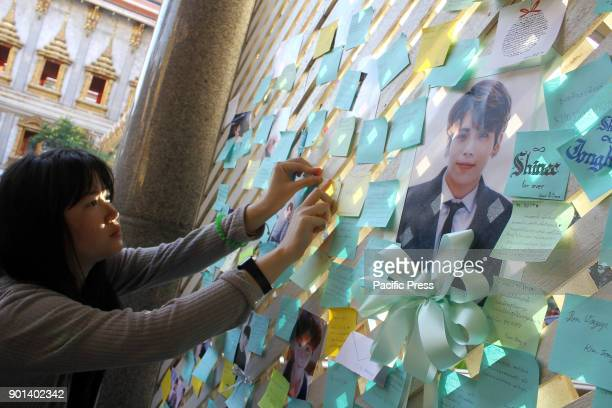 Thai fan of the late South Korean singer Kim JongHyun puts up a note for him during a memorial held by the boy band's Thai fan club at Suthiwararam...