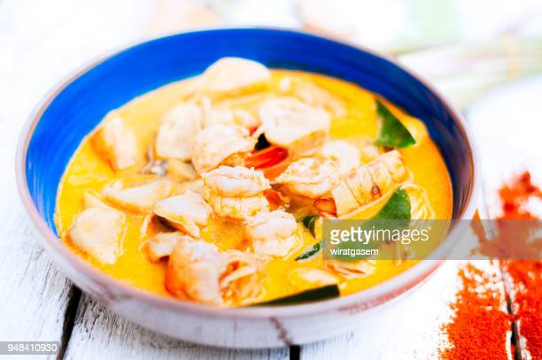thai food, river prawn spicy soup on wooden table - curry soup fotografías e imágenes de stock