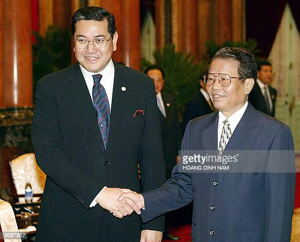 Thai Foreign Minister Surakiart Sathirathai shakes hands with Vietnamese president Tran Duc Luong at the presidential palace in Hanoi on 03 March...