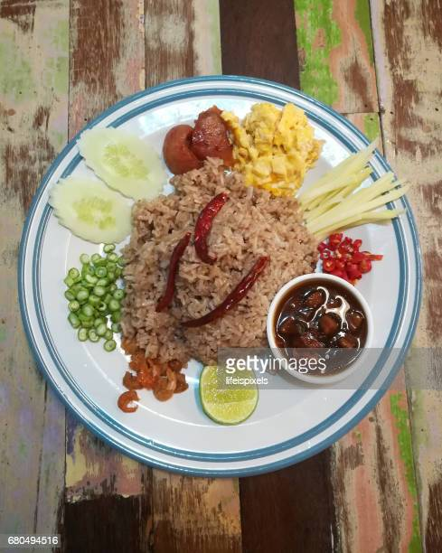 thai fried rice with shrimp paste (khao kluk kapi) - lifeispixels stock pictures, royalty-free photos & images