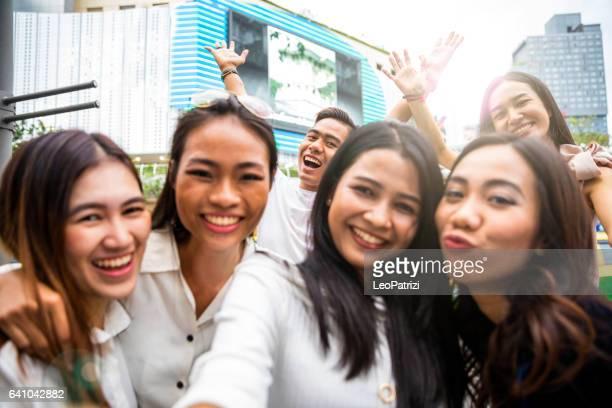 Amis thaïlandais à traîner dans le centre-ville de Bangkok