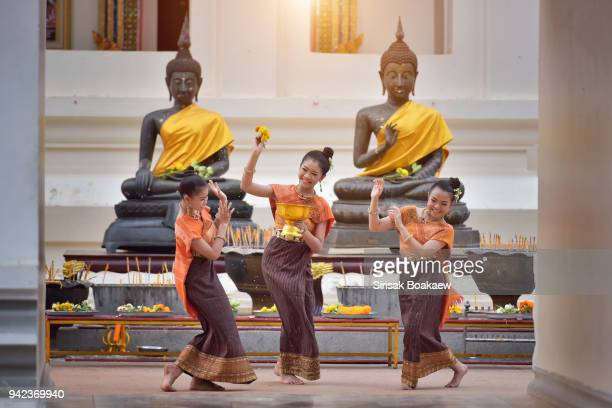 thai girls splashing water during festival songkran - linda rama imagens e fotografias de stock