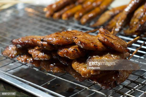 thai grilled pork on skewers (mu ping) - lifeispixels imagens e fotografias de stock