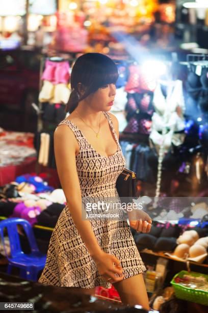 kathoey tailandés pasando mercado nocturno - kathoey fotografías e imágenes de stock