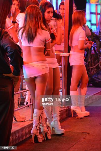 thai ladies along soi cowboy, bangkok - hoeren stockfoto's en -beelden