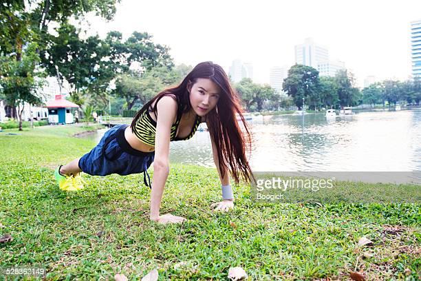 thai ladyboy los ejercicios al parque lumpini lago bangkok - kathoey fotografías e imágenes de stock