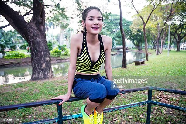 thai ladyboy soportes de ejercicio en el parque lumpini bangkok tailandia - kathoey fotografías e imágenes de stock