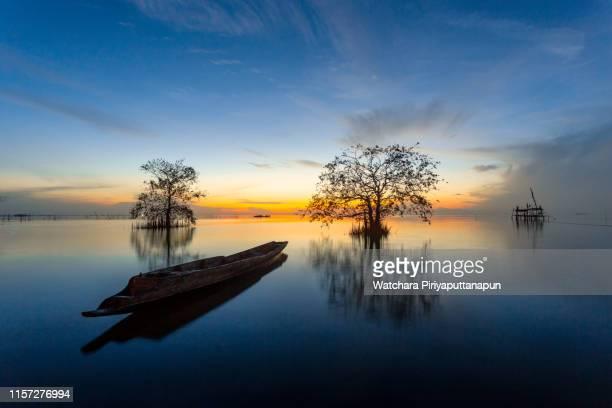 thai longtail at the beach in thailand - asiatisches langboot stock-fotos und bilder