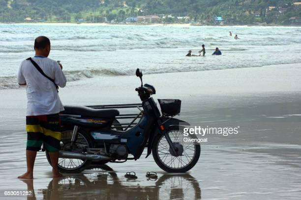 Thailändska mannen på Patong beach