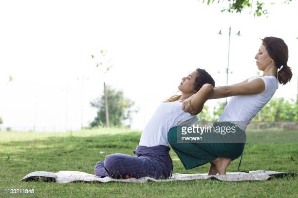 thaise massage buiten - thai massage stockfoto's en -beelden