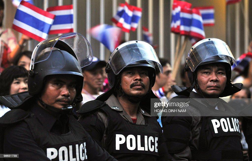 Thai police stand guard as pro-governmen : Nieuwsfoto's