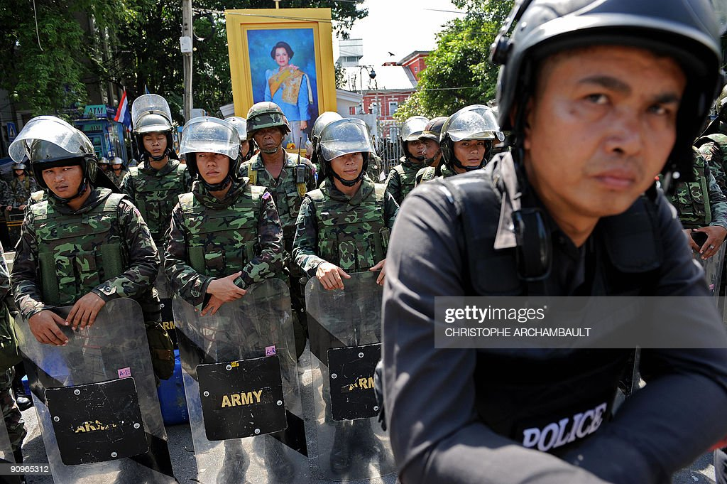Thai policemen and soldiers stand guard : News Photo