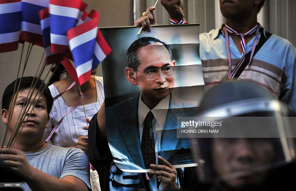 A Thai pro-government protester holds a : Nieuwsfoto's