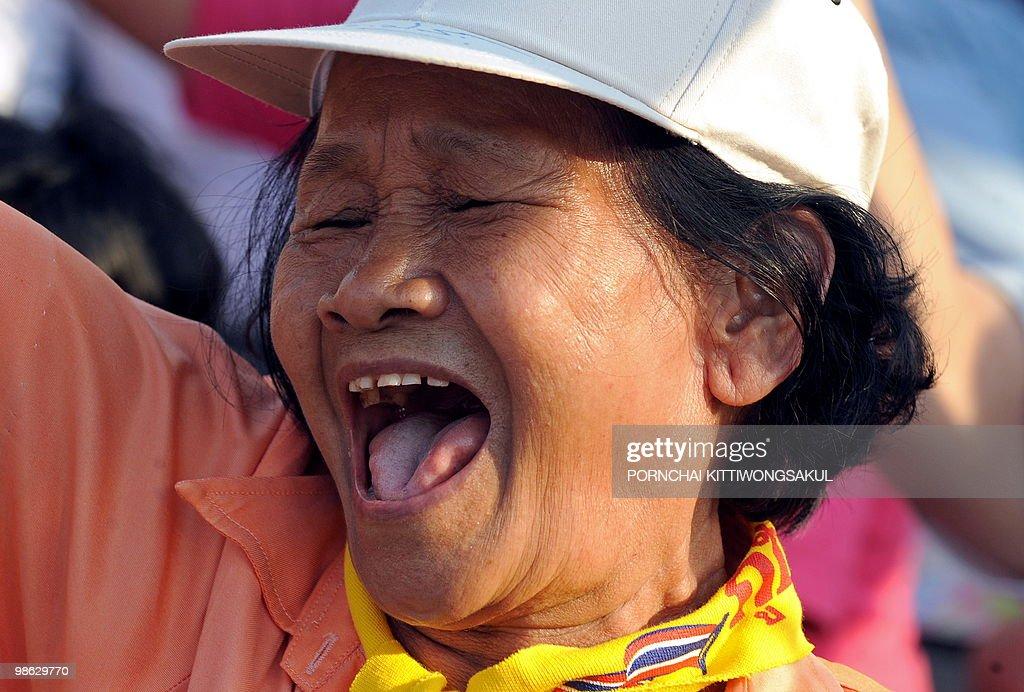 A Thai pro-government supporter shouts a : Nieuwsfoto's