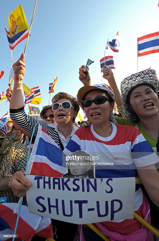 Thai pro-government supporters wave nati : Nieuwsfoto's