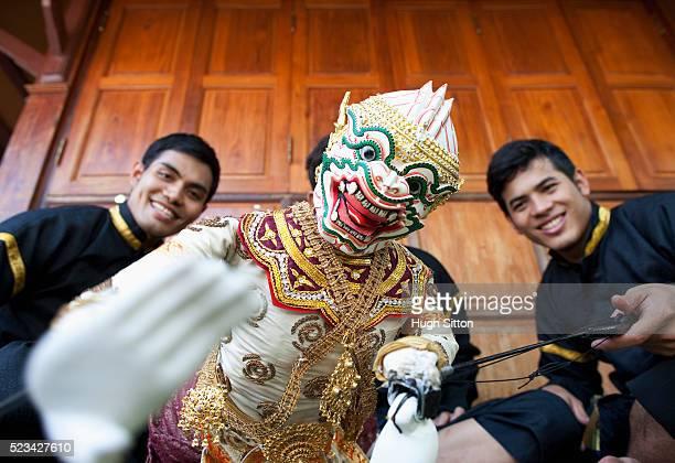thai puppet dancers at wat arun, bangkok, thailand - hugh sitton stock-fotos und bilder