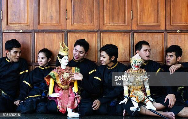 thai puppet dancers relaxing together, bangkok, thailand - hugh sitton - fotografias e filmes do acervo