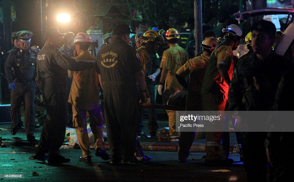 Thai rescue workers carry an injured person after an... : ニュース写真