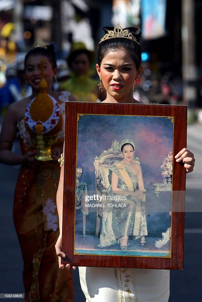 A Thai school girl holds a framed portra : News Photo