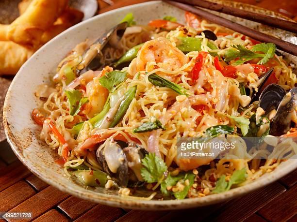タイ料理、シーフードヌードル炒め物、ピーナッツソースがけ