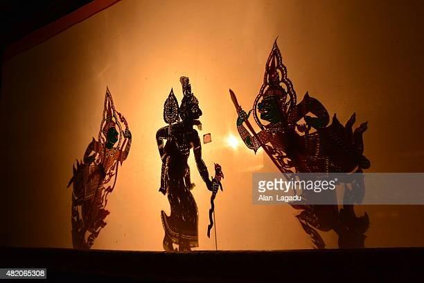 thai shadow puppet theatre. - shadow puppet stockfoto's en -beelden