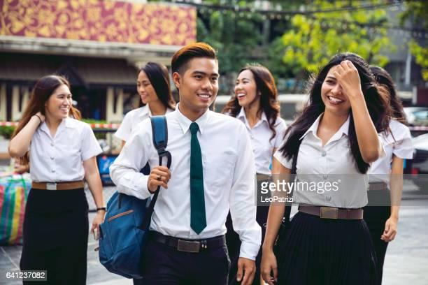 Des étudiants thaïlandais en uniforme à Bangkok prennent une pause ensemble
