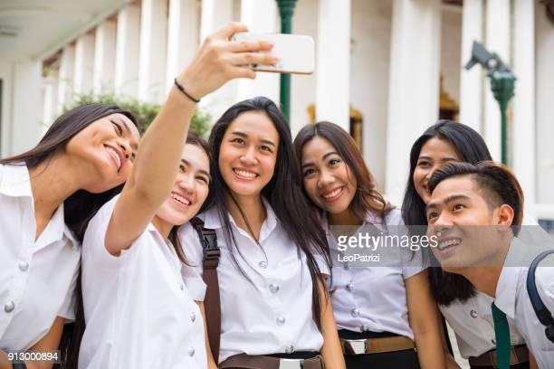 Étudiants thaïlandais en uniforme en visite dans une zone du temple