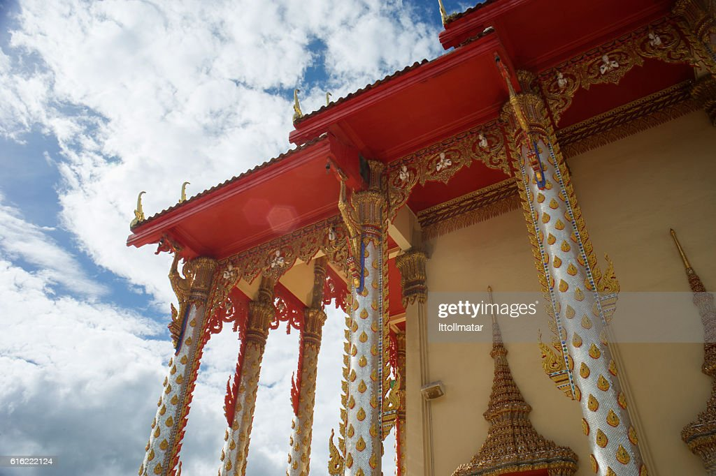 thai temple with blue sky and clouds in background : ストックフォト