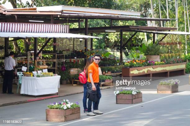 ドイトゥン山のタイの観光カップル - オレンジ色のシャツ ストックフォトと画像