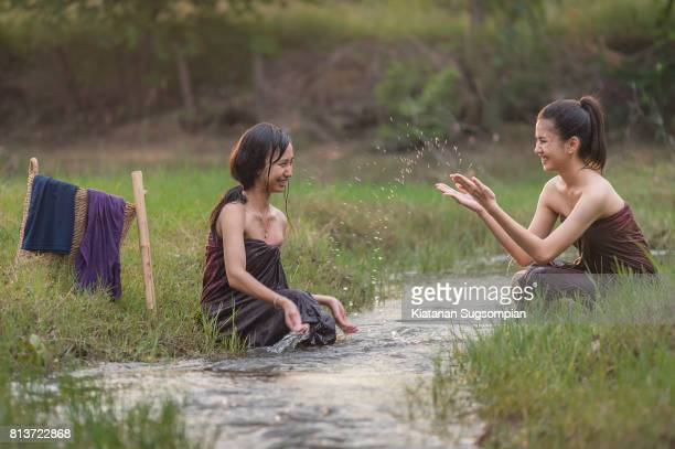thai traditional bathing style - adolescents nus - fotografias e filmes do acervo