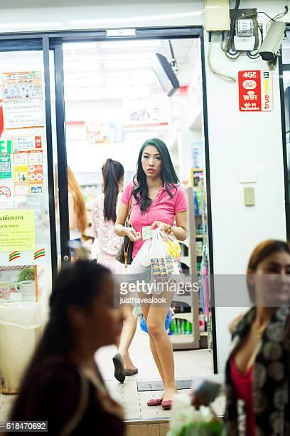 transexual salidas seven11 tienda tailandés - kathoey fotografías e imágenes de stock