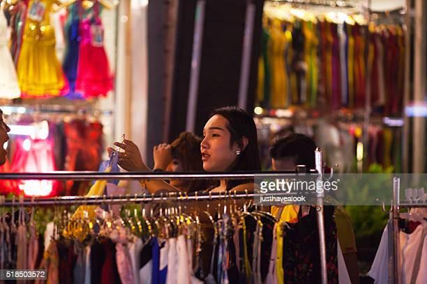 transexual sosteniendo un vestido tailandés - kathoey fotografías e imágenes de stock